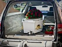 Un cofanetto variopinto in una saettia o chiesa prima del funerale fotografie stock libere da diritti