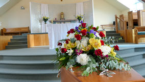 Un cofanetto variopinto in una saettia o chiesa prima del funerale fotografie stock