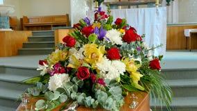 Un cofanetto variopinto in una saettia o chiesa prima del funerale immagini stock libere da diritti