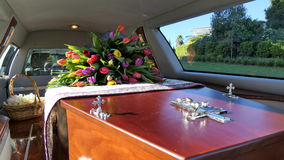 Un cofanetto variopinto in una saettia o chiesa prima del funerale immagini stock