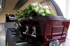 Un cofanetto variopinto in una saettia o chiesa prima del funerale fotografia stock
