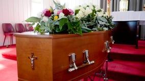 Un cofanetto variopinto in una saettia o chiesa prima del funerale fotografia stock libera da diritti