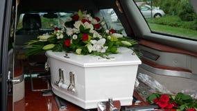 Un cofanetto variopinto in una saettia prima del funerale immagini stock