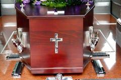 Un cofanetto variopinto in una saettia prima del funerale fotografia stock libera da diritti