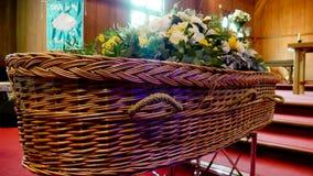 Un cofanetto variopinto in una saettia prima del funerale immagine stock