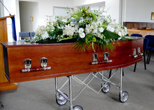 Un cofanetto variopinto in una saettia prima del funerale fotografia stock