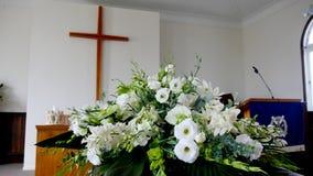 Un cofanetto variopinto in una saettia prima del funerale immagini stock libere da diritti