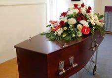 Un cofanetto variopinto in una saettia prima del funerale immagine stock libera da diritti