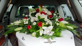 Un cofanetto variopinto in una saettia prima del funerale fotografie stock libere da diritti