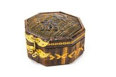 Un cofre del tesoro de madera colocado en un fondo blanco foto de archivo