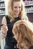 Un coiffeur faisant une coupe de cheveux photos stock