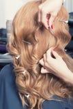 Un coiffeur faisant une coupe de cheveux photo libre de droits