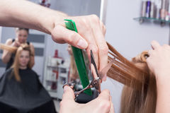 Un coiffeur faisant une coupe de cheveux Photographie stock
