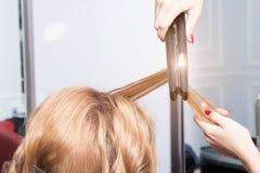 Un coiffeur faisant une coupe de cheveux Image libre de droits