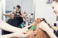 Un coiffeur faisant une coupe de cheveux Photos libres de droits
