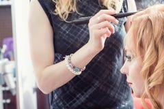 Un coiffeur faisant une coupe de cheveux images libres de droits