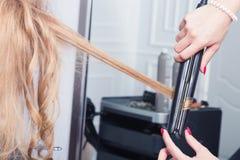Un coiffeur faisant une coupe de cheveux photographie stock libre de droits