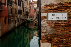 Un coin romantique sur un canal vert à Venise Image stock