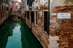 Un coin romantique sur un canal vert à Venise Photos stock