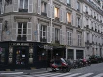 Un coin tranquille de café à Paris photo libre de droits
