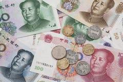 Un colage de los billetes de banco chinos y de las monedas de RMB Foto de archivo libre de regalías