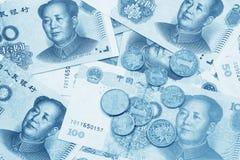 Un collage de los billetes de banco chinos y de las monedas de RMB Fotos de archivo libres de regalías