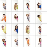 Un collage degli adolescenti differenti che tengono le insegne fotografie stock