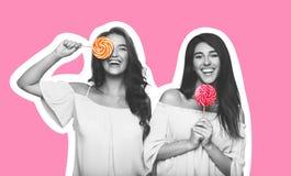Un collage di stile della rivista di due giovani donne con le lecca-lecca immagini stock libere da diritti