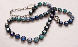 Un collar bastante azul y de plata Imágenes de archivo libres de regalías