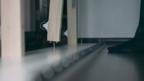 Un collecteur de meubles installe une barre en bois avec une roue clips vidéos