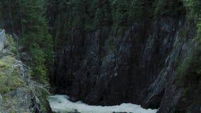 Un colpo aereo del canyon vicino a Cleveland Dam, Vancouver del nord video d archivio