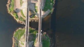 Un colpo aereo del fuco del ponte della ferrovia di due storie in Russia Fiume attraversante ferroviario con nel ponte del ferro archivi video