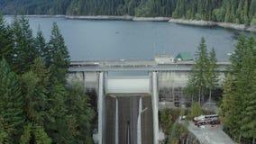 Un colpo aereo di Cleveland Dam e del resevoir a Vancouver del nord, Columbia Britannica archivi video