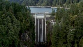 Un colpo aereo di Cleveland Dam e del resevoir a Vancouver del nord, Columbia Britannica stock footage