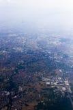 Un colpo aereo di elevata altitudine di paesaggio con i campi, le foreste e le città Immagini Stock