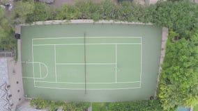 Un colpo aereo di un giocar a tennise di due genti stock footage