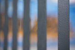 Un colpo astratto di stile del nero ha dipinto la palizzata che recinta con il YE immagine stock