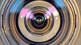 Un colpo che si muove e che si ferma ad una macro dell'obiettivo stock footage