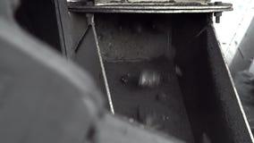 Un colpo del primo piano di un carbone d'erogazione della macchina speciale alla miniera di carbone stock footage
