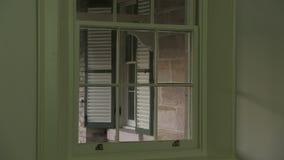 Un colpo della finestra della casa video d archivio
