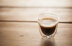 Un colpo di caffè espresso su una tavola fotografia stock