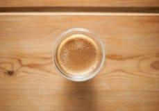 Un colpo di caffè espresso su una tavola di legno Fotografia Stock Libera da Diritti