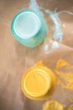 Un colpo di DIY dei barattoli di muratore dipinti a mano della marinata Fotografie Stock