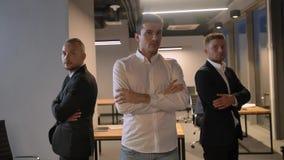 Un colpo di tre imprenditori bei attraenti sicuri dei colleghi video d archivio