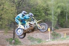 Un colpo dinamico di due cavalieri che saltano un sidecar Fotografia Stock