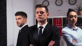 Un colpo epico di un ufficio di tre direttori aziendali attraente sicuro dentro video d archivio