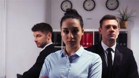 Un colpo epico di un ufficio di tre responsabili dei colleghi dentro video d archivio