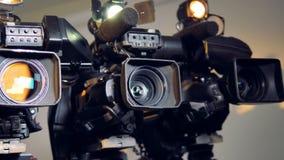Un colpo girante lento su tre videocams stock footage