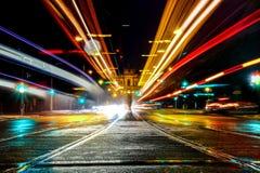 Un colpo lungo di esposizione del maximilianstreet a Monaco di Baviera, Germania, con le luci delle automobili immagine stock libera da diritti