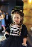 Un colpo verticale di poco modello in un costume del gatto fotografia stock libera da diritti